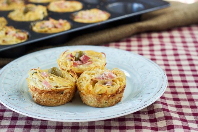 Запеченные макаронные гнезда с колбасой