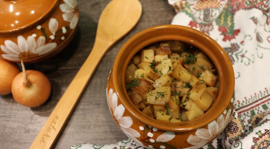 Свинина с картофелем и овощами (в горшочках)