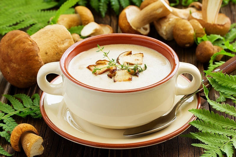 Суп-пюре из белых грибов с чесночными гренками